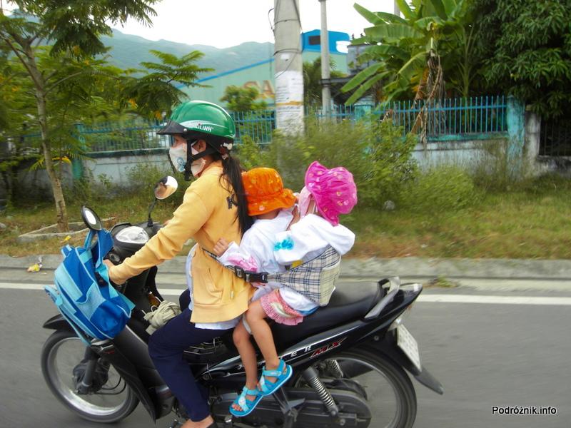 Wietnam - Nha Trang - maj 2012 - trzymanko dla dzieci na motorku