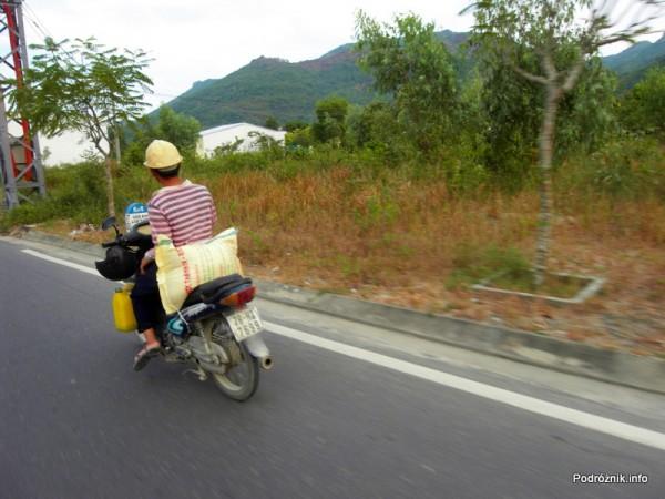 Wietnam - Nha Trang - maj 2012 - bagaż na motorku