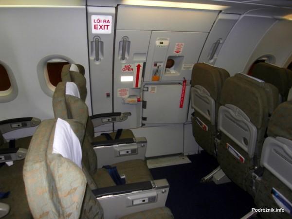 Vietnam Airlines - Airbus 321- VN-A356 - wnętrze - kabina klasa ekonomiczna - wyjście ewakuacyjne