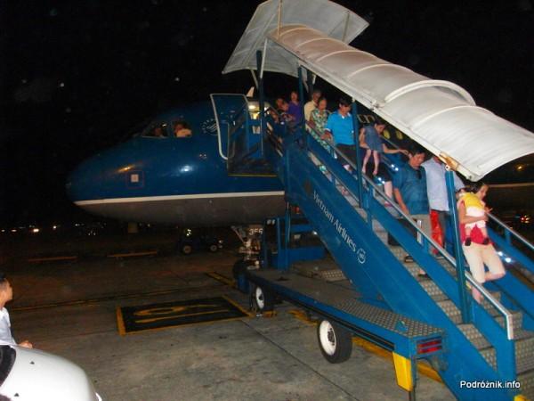 Vietnam Airlines - Airbus 321- VN-A356 -zejście pasażerów po schodach