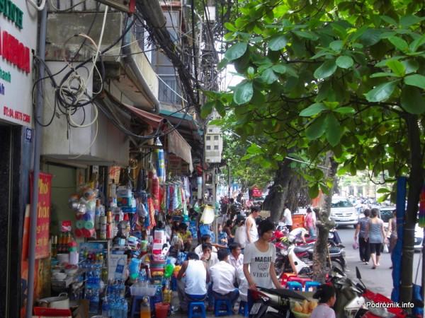 Wietnam - Hanoi - maj 2012 - sklepy i restauracje na chodniku