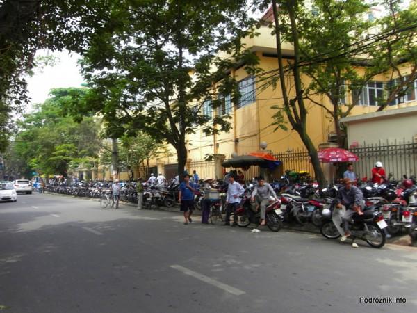 Wietnam - Hanoi - maj 2012 - parking skuterków na chodniku