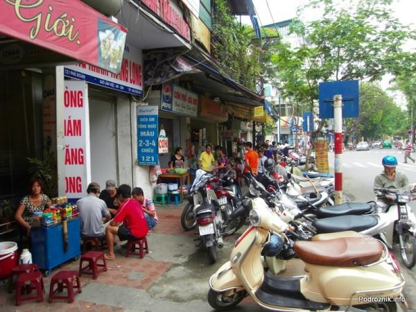 Wietnam - Hanoi - maj 2012 - uliczne restauracje i skuterki
