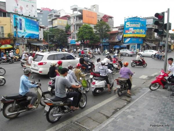 Wietnam - Hanoi - maj 2012 - skuterki na ulicy