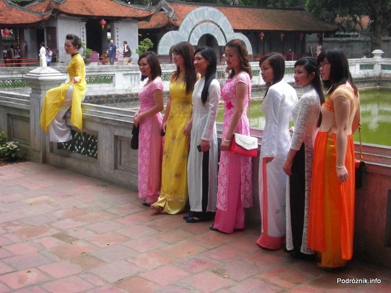 Wietnam - Hanoi - maj 2012 - Świątynia Literatury - studentki w okolicznościowych strojach świętujące zdane egzaminy