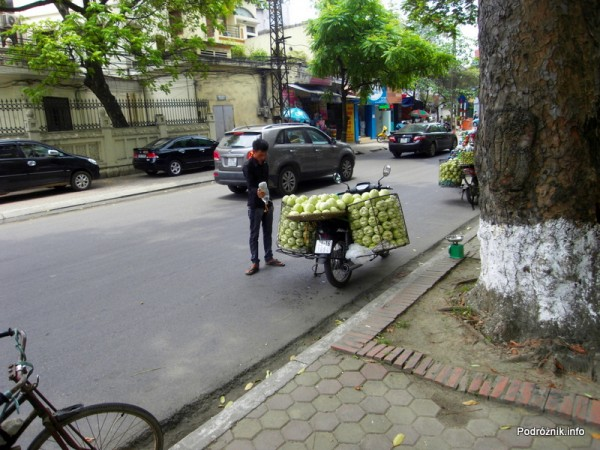 Wietnam - Hanoi - maj 2012 - motorek przeładowany warzywami