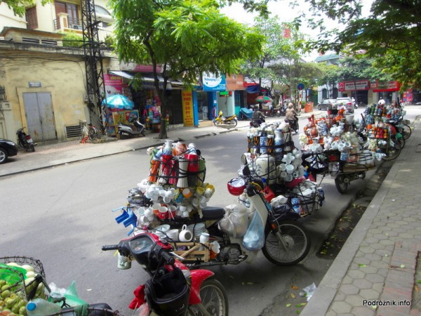 Wietnam - Hanoi - maj 2012 - motorki przeładowane wszelkimi dobrami