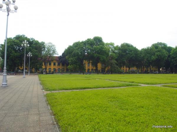 Wietnam - Hanoi - maj 2012 - zielone trawniki przed Mauzoleum Ho Chi Minh