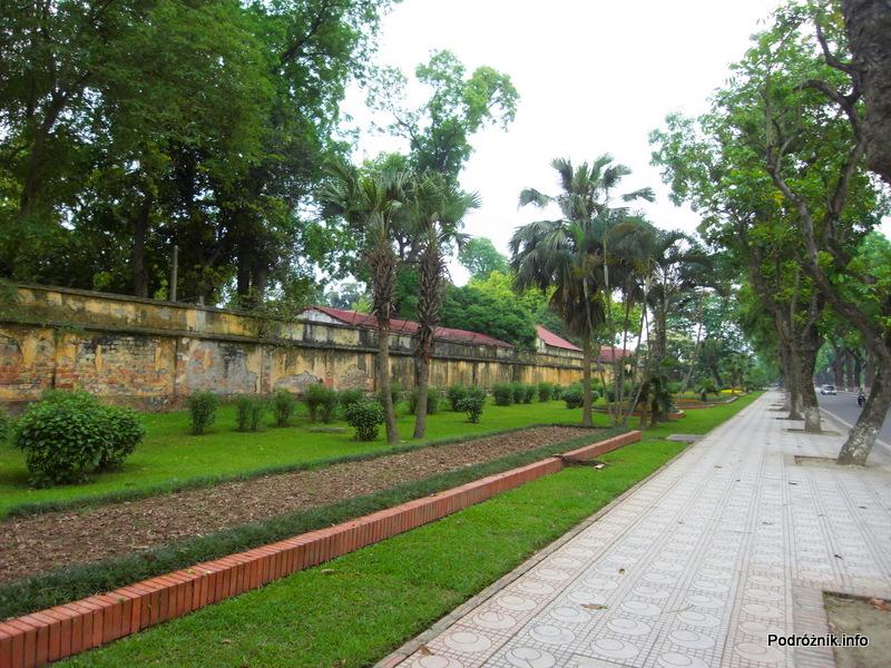 Wietnam - Hanoi - maj 2012 - mur otaczający część wojskową