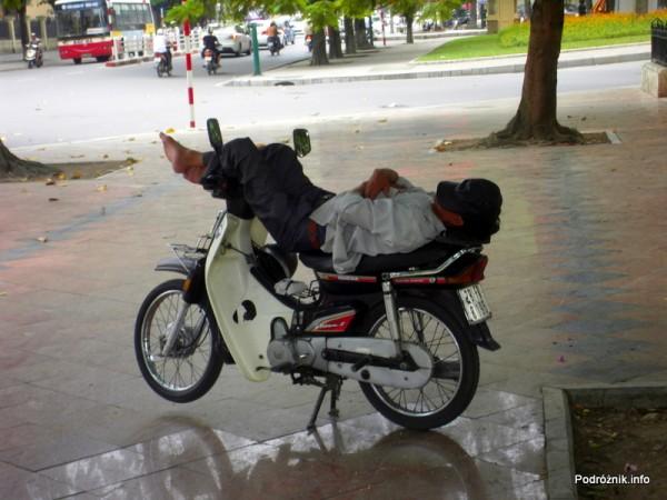 Wietnam - Hanoi - maj 2012 - spanie na motorku