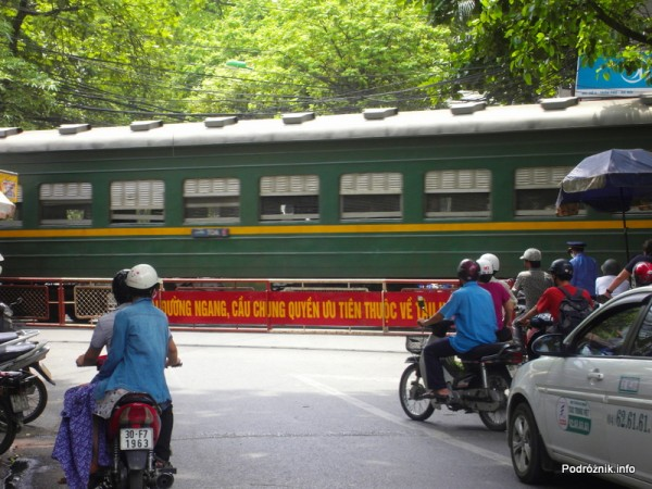 Wietnam - Hanoi - maj 2012 - przejazd kolejowy