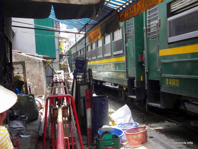 Wietnam - Hanoi - maj 2012 - życie przy torach kolejowych