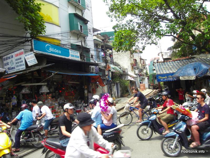 Wietnam - Hanoi - maj 2012 - przejazd kolejowy po przejeździe pociągu