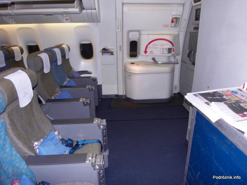 Vietnam Airlines - Boeing 777 - VN-A146 - wnętrze - klasa ekonomiczna deluxe - siedzenia przy wyjściu ewakuacyjnym