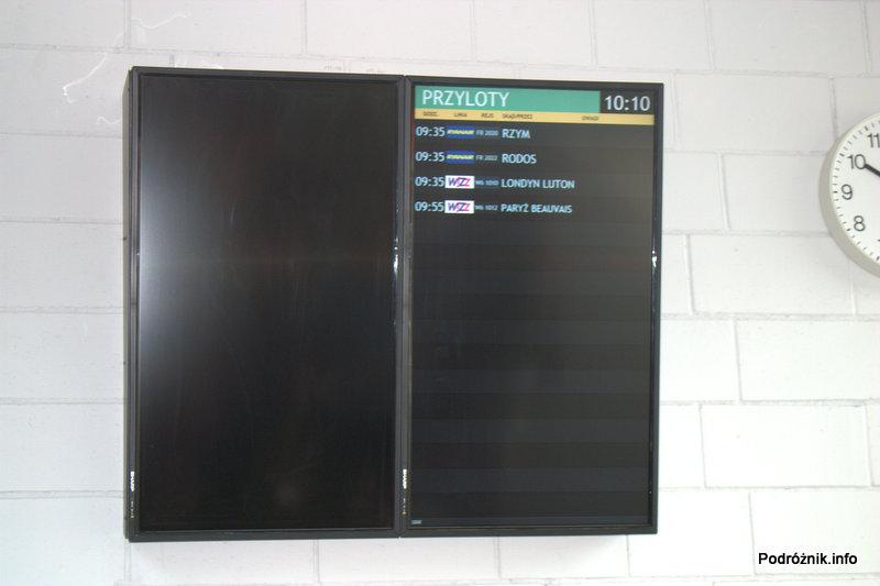 Lotnisko Modlin - niedziałająca mała tablica odlotów