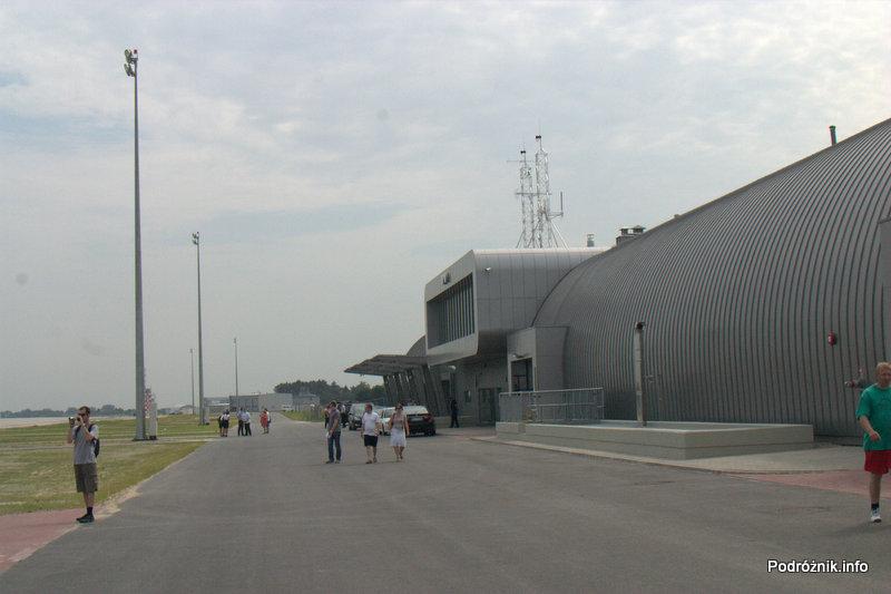 Lotnisko Modlin - przed terminalem od strony pasa startowego
