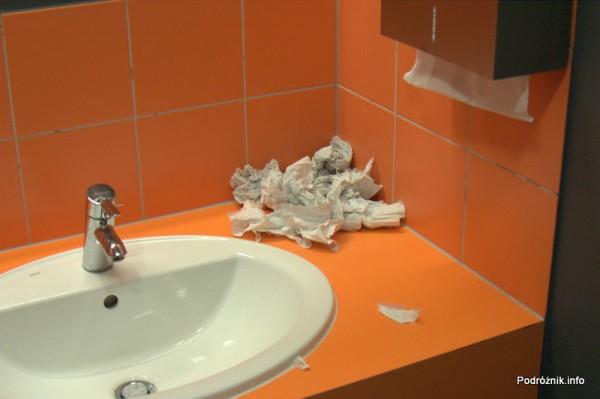 Lotnisko Modlin - śmietnik przy umywalkach