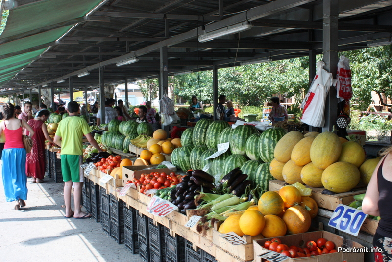 Armenia - Erewan - lipiec 2012 - stoiska z owocami i warzywami na bazarze przy dworcu kolejowym