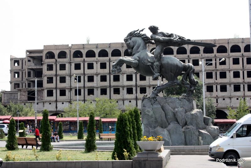 Armenia - Erewan - lipiec 2012 - pomnik przed dworcem kolejowym