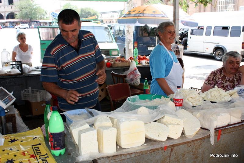 Armenia - Erewan - lipiec 2012 - stoisko z serami