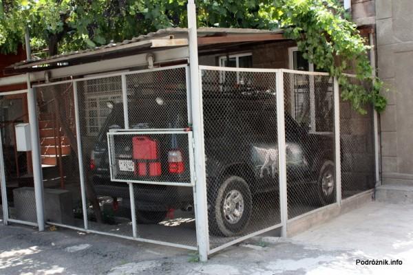 Armenia - Erewan - lipiec 2012 - ozdobiony samochód