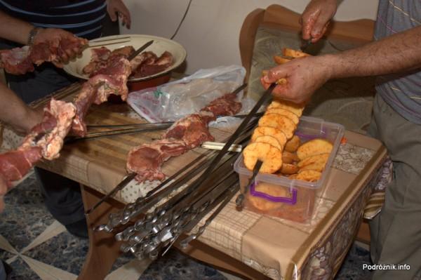 Armenia - Erewan - lipiec 2012 - szaszłyki i plastry ziemniaków