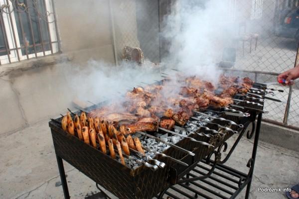 Armenia - Erewan - lipiec 2012 - szaszłyki i ziemniaki na grillu