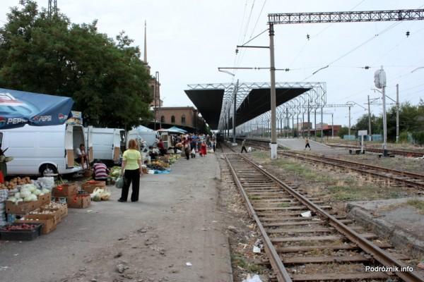 Armenia - Erewan - lipiec 2012 - targowisko na terenie dworca kolejowego