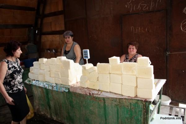 Armenia - Erewan - lipiec 2012 - targowisko na terenie dworca kolejowego - stoisko z serem