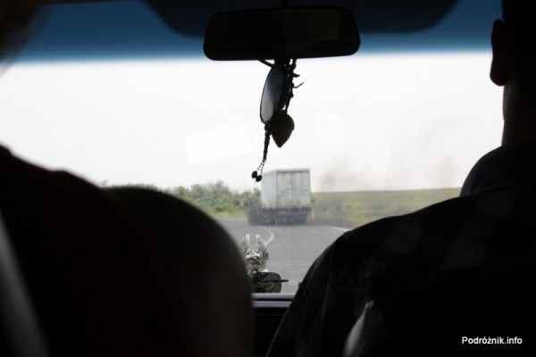 Armenia - sierpień 2012 - kopcąca ciężarówka