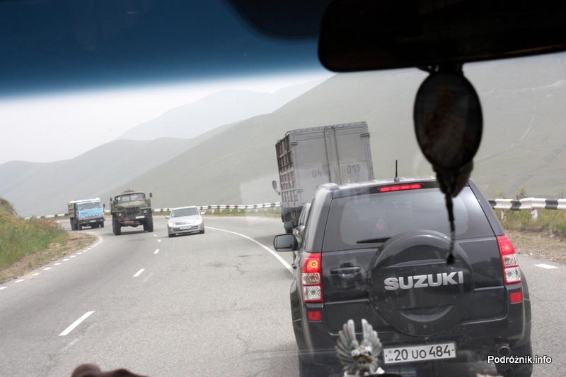 Armenia - sierpień 2012 - początek wyprzedzania z górki na zakręcie