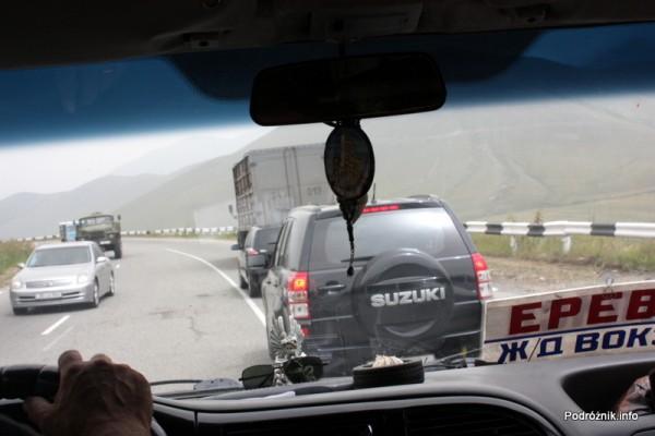Armenia - sierpień 2012 - wyprzedzanie z górki na zakręcie