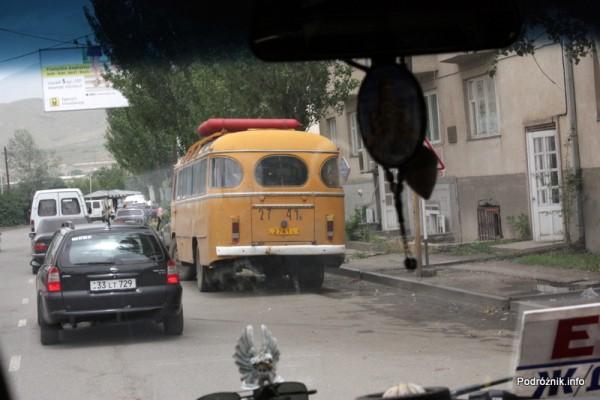 Armenia - sierpień 2012 - stary zółty autobus ze zbiornikami na gaz na dachu