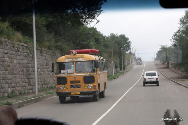 Armenia - sierpień 2012 - stary zółty autobus ze zbiornikami na gaz na dachu jadący z naprzeciwka