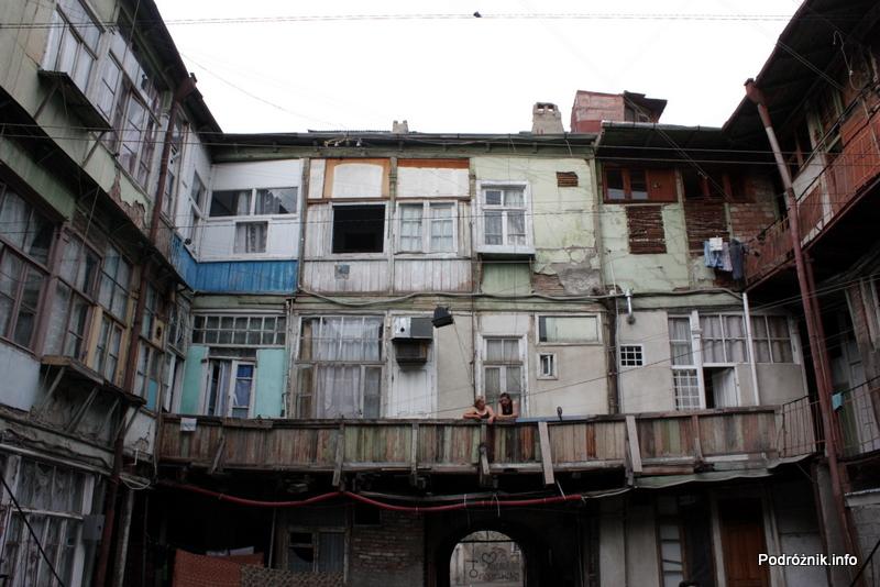 Gruzja - Tbilisi - sierpień 2012 - w pobliżu dworca kolejowego - podwórko kamienicy Gogola 10