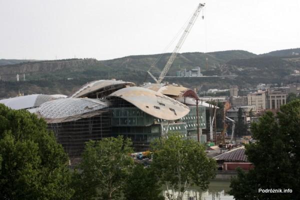 Gruzja - Tbilisi - sierpień 2012 - budowa szklanego budynku przy rzece