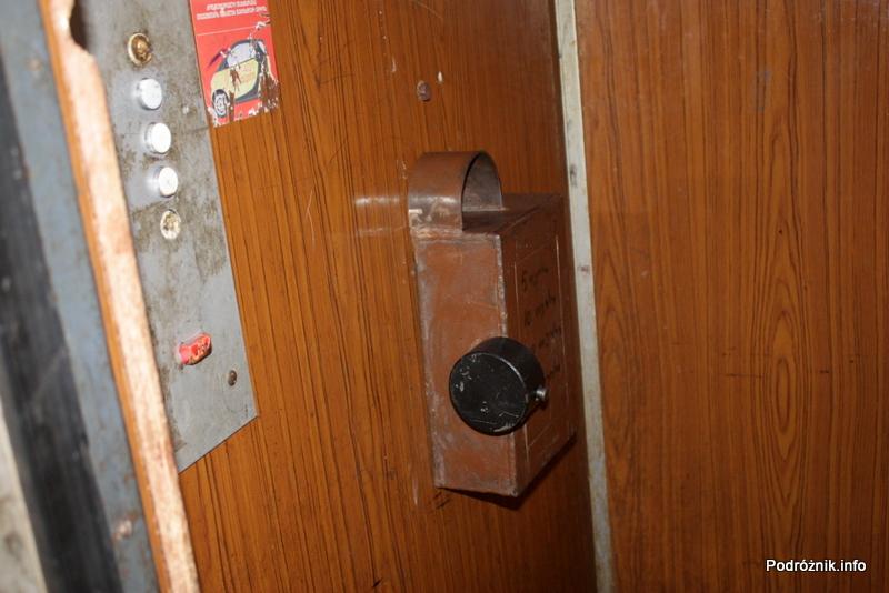 Gruzja - Tbilisi - sierpień 2012 - winda - wrzuć monetę aby jechać
