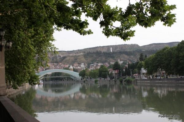 Gruzja - Tbilisi - sierpień 2012 - rzeka i nowy szklany most