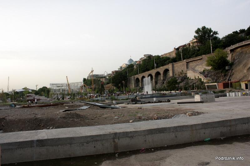 Gruzja - Tbilisi - sierpień 2012 - Park Europejski - budowa w okolicy kolejki linowej