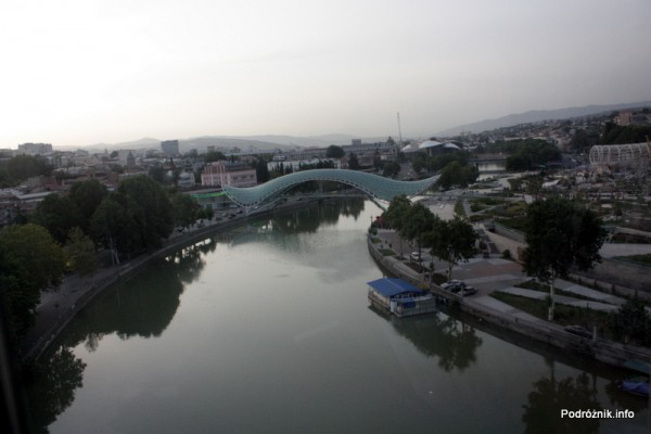 Gruzja - Tbilisi - sierpień 2012 - widok z kolejki linowej na rzekę i szklany most