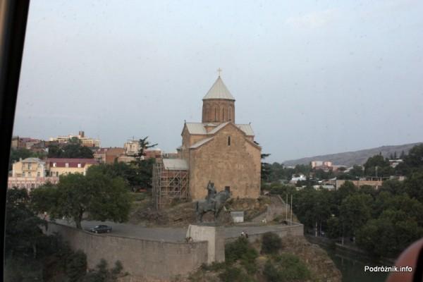 Gruzja - Tbilisi - sierpień 2012 - widok z kolejki linowej na cerkiew pod wezwaniem Matki Bożej Metechskiej (Metechi)
