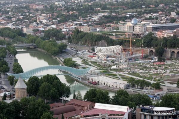 Gruzja - Tbilisi - sierpień 2012 - widok z kolejki linowej na Pałac Prezydencki i Most Pokoju