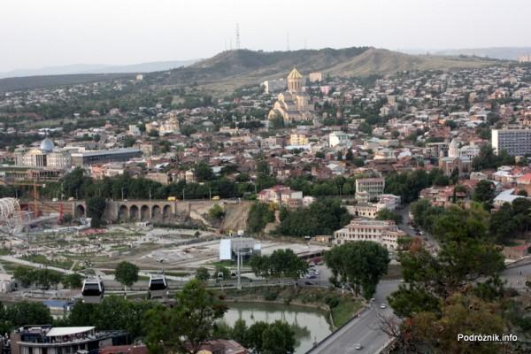 Gruzja - Tbilisi - sierpień 2012 - widok na miasto i cerkiew Cminda Sameba (Święta Trójca)