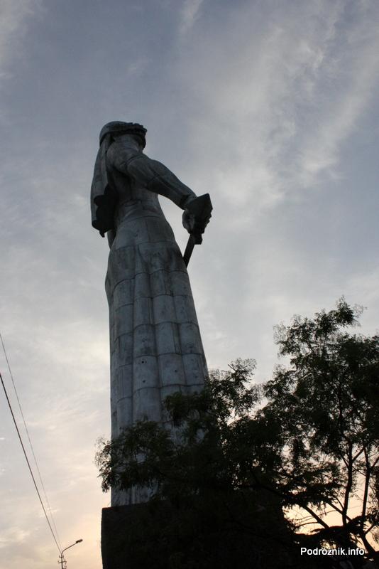 Gruzja - Tbilisi - sierpień 2012 - pod pomnikiem Matki Gruzji