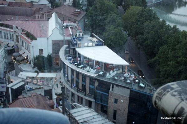 Gruzja - Tbilisi - sierpień 2012 - widok z kolejki linowej na uliczki z restauracjami
