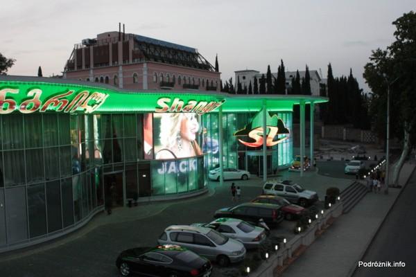 Gruzja - Tbilisi - sierpień 2012 - kolorowe reklamy salonu samochodowego