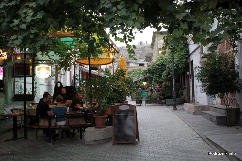 Gruzja - Tbilisi - sierpień 2012 - urokliwa uliczka z kawiarniami i restauracjami na świeżym powietrzu