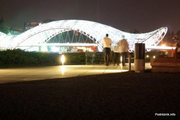 Gruzja - Tbilisi - sierpień 2012 - podświetlony Most Pokoju