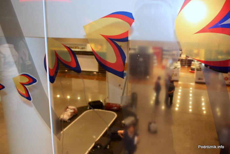 Erewan - Zvartnots International Airport - widok z góry na taśmę do odbioru bagażu i sklep wolnocłowy