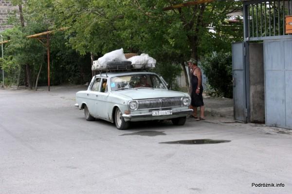 Armenia - Erewan - lipiec 2012 - przeładowana wołga